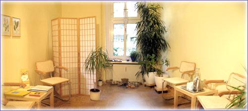 In unserem Wartezimmer können Sie sich mit detailliertem Informationsmaterial über unsere Behandlungsmethoden informieren. Es stehen hier stets kalte und warme Getränke für Sie bereit.