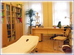 Blick in zwei unserer Behandlungsräume. Auf eine entspannte Atmosphäre für Patient/in und Therapeut/in wird bei uns größter Wert gelegt.